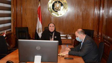 صورة نيفين جامع تبحث مع أعضاء جمعية رجال الأعمال المصريين دعم الصناعة الوطنية