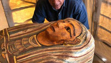 صورة الكشف عن بئر عميق للدفن به أكثر من 13 تابوتا آدميا مغلقا منذ أكثر من 2500 عاما،