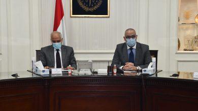 صورة وزير الإسكان ومحافظ الجيزة يتابعان الموقف التنفيذى لمشروعات مياه الشرب والصرف الصحى بالمحافظة