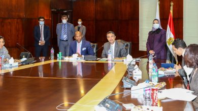 صورة رئیس البرید المصري یستقبل السكرتیر العام لمنطقة التجارة الحرة القاریة الافریقیة